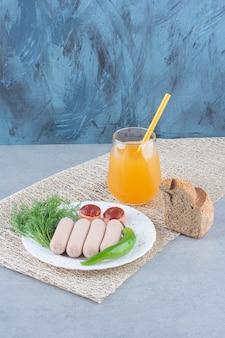 좋은 분위기. 회색 배경에 완벽한 아침 식사.