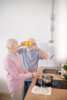 良い雰囲気。キッチンで一緒に料理をし、気分が良い年配のカップル