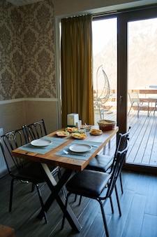 ホテルでおはようございます。さまざまな料理の朝食からお選びいただけます。