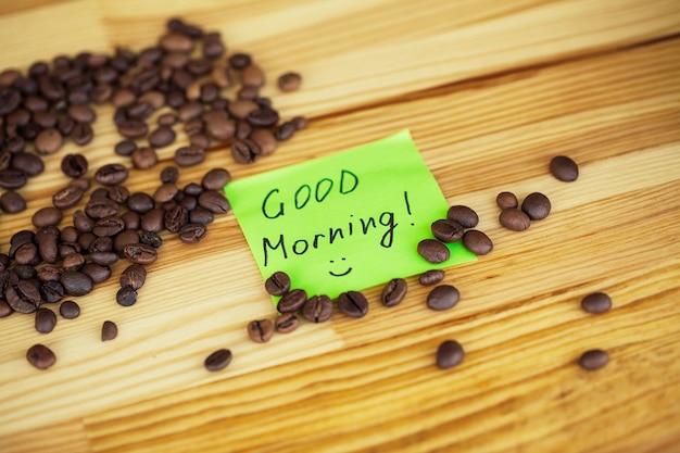 좋은 아침. 갈 커피. 나무 테이블 backound에 커피 콩