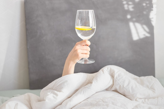おはよう、レモンと水のガラス、ベッドでの朝食、デトックス、右朝、ポジティブな振動、健康的な食事、自己愛、ベッドでの女性、晴れた日、週末、水、ガラス