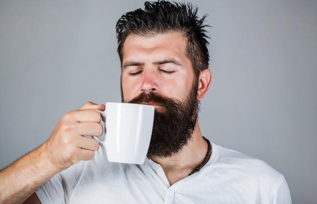 おはようございます、カップティーを持った男。