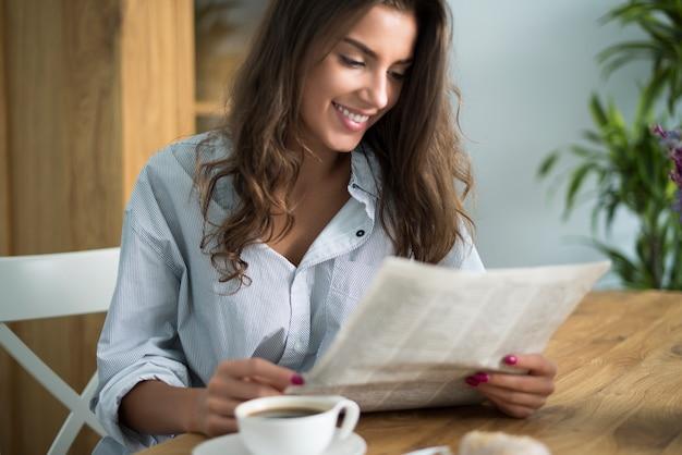 おはようは新聞を読むことから始まります