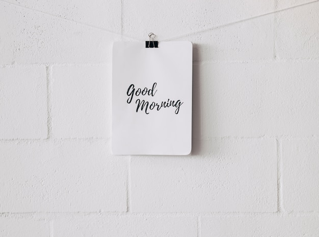 좋은 아침 태그 흰 벽에 불독 종이 클립으로 문자열에 연결