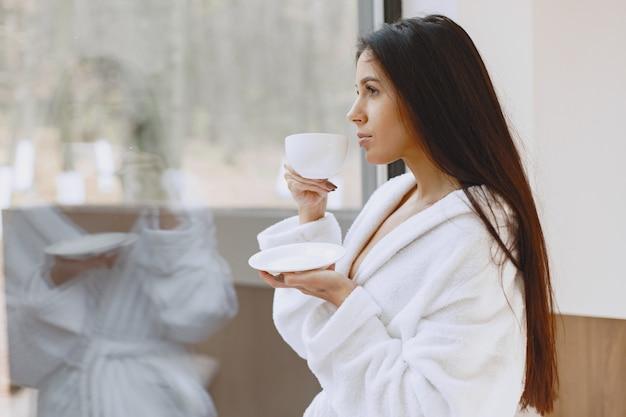 Доброе утро. женщина пьет кофе. дама у окна.