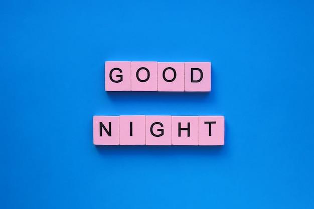 파란색 표면에 좋은 밤 단어