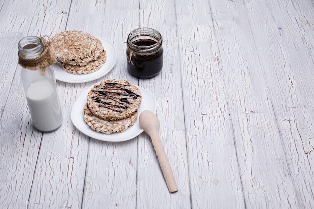 Хорошее питание. рисовое печенье с молоком и молоком