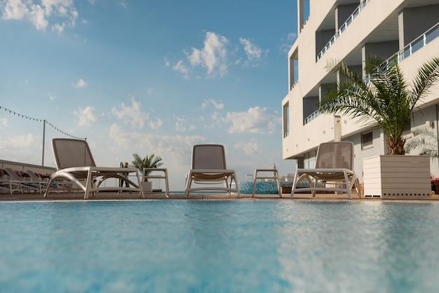 Хорошие места для проживания в отеле у бассейна. белое здание у моря. ухоженный курорт.