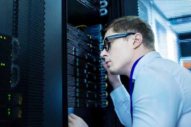Хороший работник. решительный умный оператор смотрит на оборудование и думает