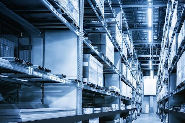 配送センター倉庫の棚にある商品