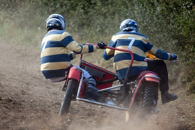 Гудвуд, западный суссекс / великобритания - 14 сентября: мотокросс с коляской на возрождении в гудвуде 14 сентября 2012 года. два неопознанных человека