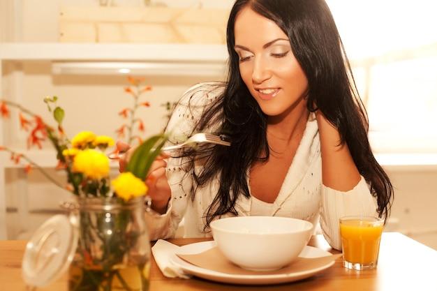 Goog завтрак для молодой брюнетки