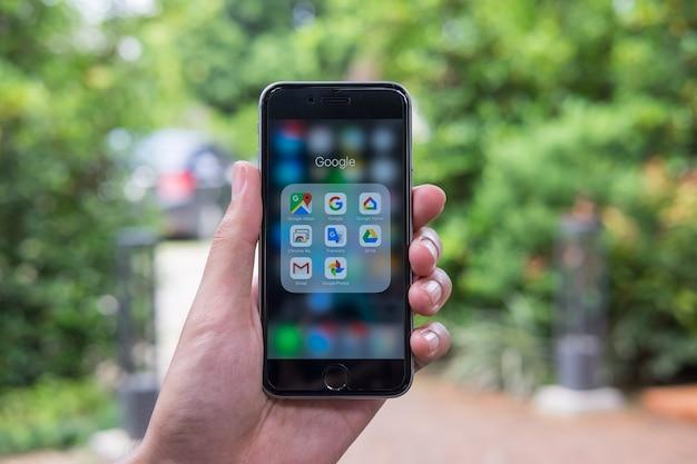 Google на экране смартфона. google - американская компания по обслуживанию и продуктам. Premium Фотографии
