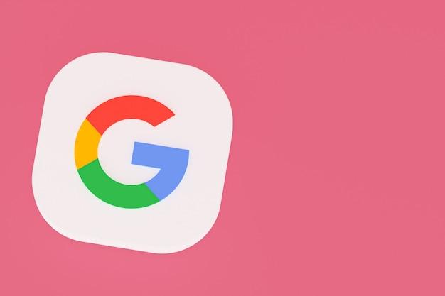 3d-рендеринг логотипа приложения google на розовом фоне