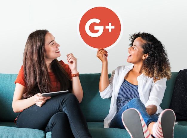 Google plusアイコンを持っている女性