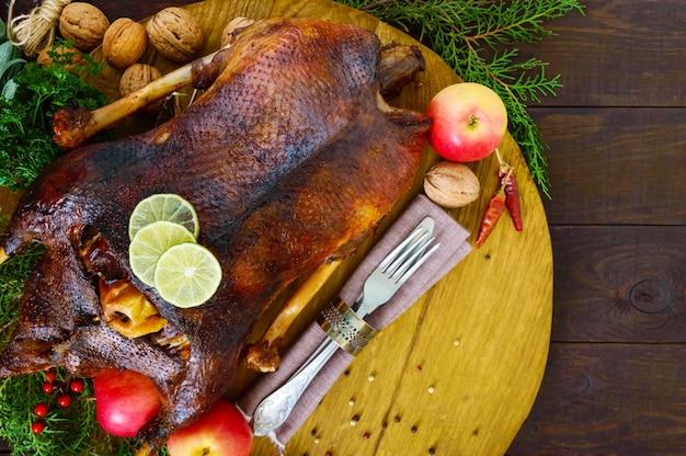 Гусь запеченный в духовке с яблоками рождественский гусь