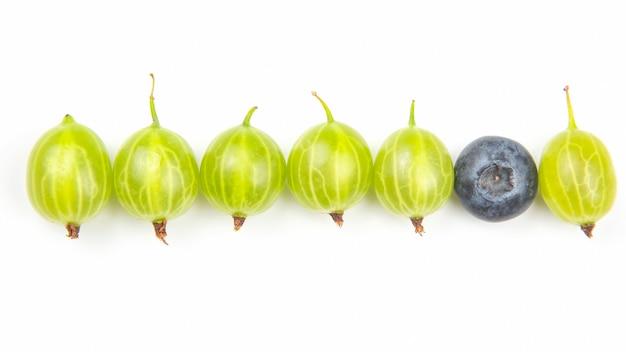 Крыжовник и другие ягоды на белом фоне. полезный витамин здорового питания фрукты. здоровый овощной завтрак