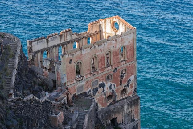 Античные руины лифта воды gordejuela, близко к атлантическому океану в лос realejos, тенерифе, испания.