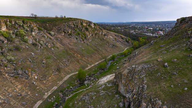 モルドバのトリンカ村の近くの2つのトルトルの間の峡谷