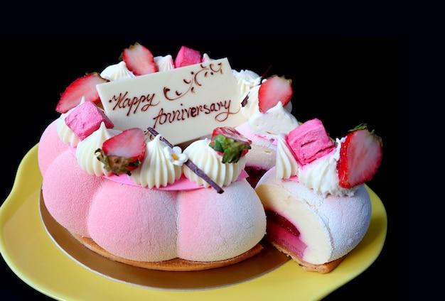 검은 배경에 화려하고 맛있는 딸기 젤리 바닐라 무스 기념일 케이크