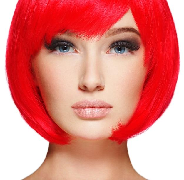 밥 헤어 스타일 붉은 색으로 화려하고 멋진 여자.