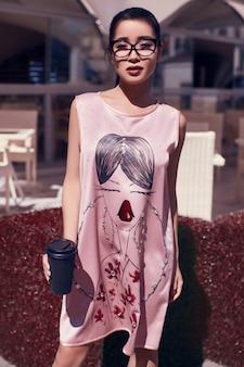 레스토랑의 테라스에서 패션 드레스에 화려한 아시아 여자