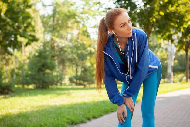 아침에 공원에서 운동 화려한 운동 여자