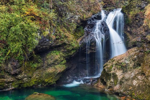 Vintgar gorge、スロベニアのブレッド湖の近くの有名な観光地の豪華な秋の滝の眺め