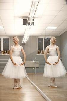 ゴージャスなバレエダンサー。ポアントのバレリーナ。