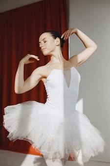 Bellissima ballerina. ballerina in punta. ragazza in uno studio di balletto.
