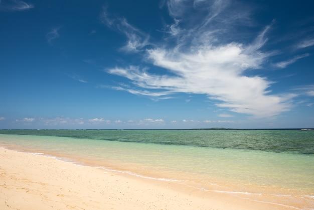 美しいビーチ、エメラルドグリーンの海、見事な積乱雲。西表島。