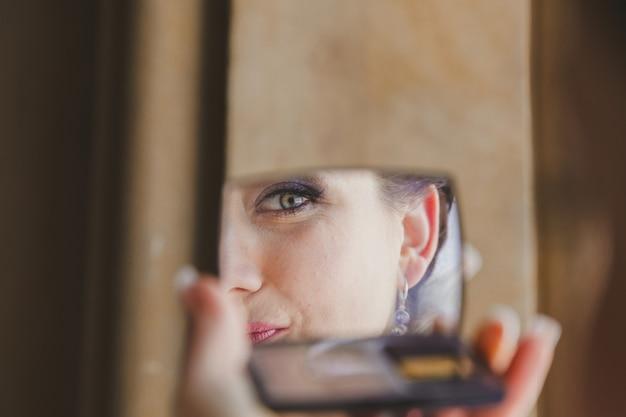 Великолепная красивая экзотическая невеста с зелеными глазами, зеркальное отражение лица крупным планом