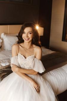 Великолепная красота молодой портрет невесты. красивая невеста со свадебным макияжем и украшениями. для новобрачных фотомодель с голубыми глазами позирует в интерьере.