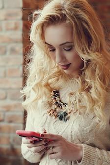 ゴージャスな金髪の女性のテキストメッセージ