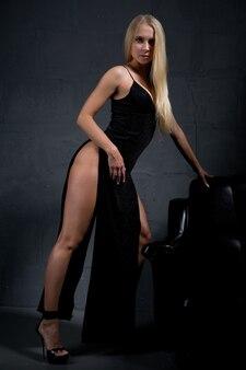 大きなスリットのあるエレガントなイブニングドレスのゴージャスなブロンド