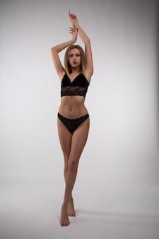 Великолепная блондинка в черном кружевном нижнем белье
