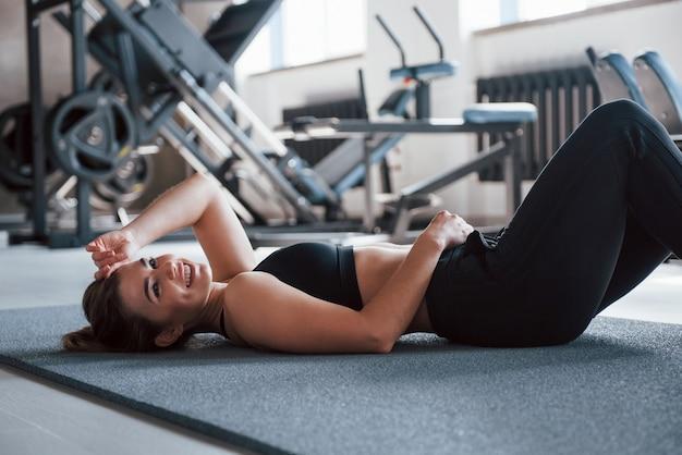 그녀의 주말 시간에 체육관에서 화려한 금발의 여자.