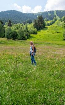 Великолепная белокурая женщина, путешествующая по долине в горах. древняя природа в грузии