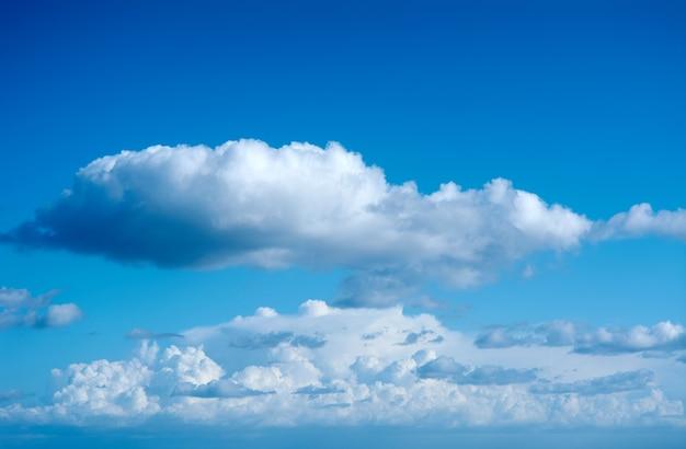 솜털 구름과 화려한 푸른 하늘, 질감 복사 공간 배경,
