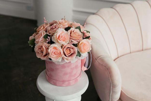 ピンクのベルベットの箱にピンクの花の豪華な花束