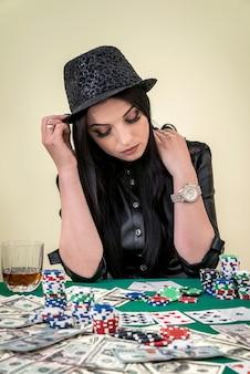 카지노에서 포즈를 취하는 화려한 갈색 머리 여자, 도박