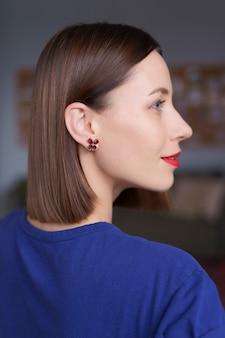 파란 눈, 하얀 sking 및 빨간 입술, 자연적인 머리를 가진 백인 여자의 화려한 가까이 초상화