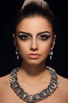 美しいネックレスを持つ豪華なかわいい女性