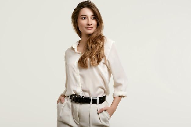 Великолепная женская модель брюнетки в белых одеждах