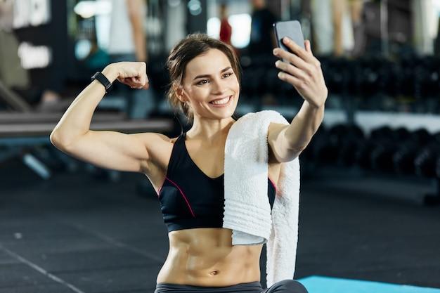 Великолепная девушка занимается спортом в тренажерном зале