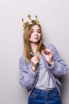 頭に王冠を保持している豪華な女の子