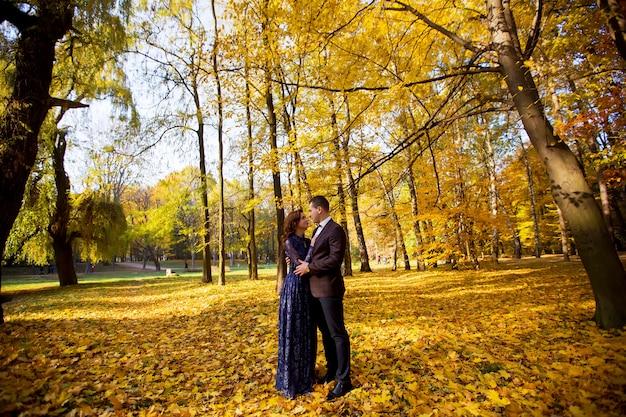 ゴージャスな幸せなブルネット花嫁と紺のスーツでエレガントな新郎