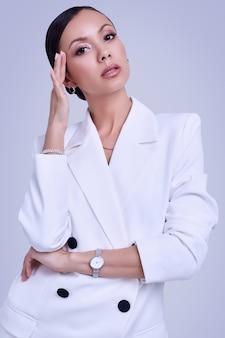 ファッションの白いスーツでゴージャスなラテン女性