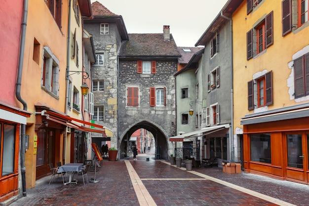 프랑스 안시의 구시가지에 있는 rue sainte-claire 거리에 있는 화려한 중세 아치 문 sepulcher gate