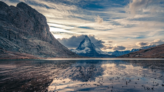 ゴージャスな山の水の反射